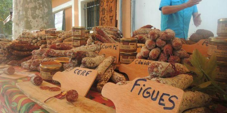 Moustiers-Ste-Marie Market #Provence @FranceenVelo