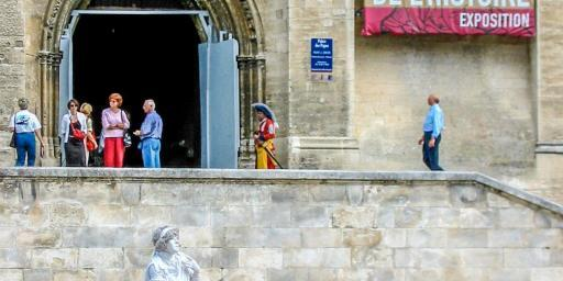 Mime in White Avignon Provence @PJAdams10