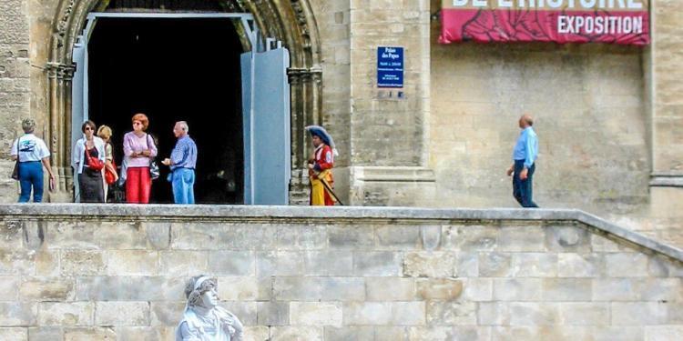 Mime in White #Avignon #Provence @Susan_PWZ