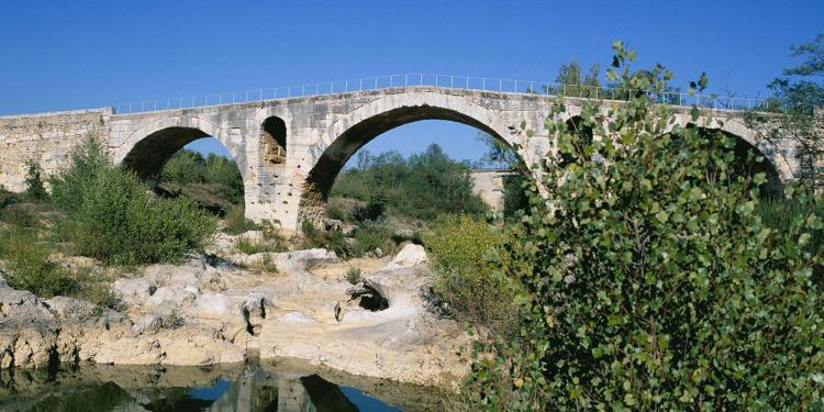 The 1st century Pont Julien in the Luberon #Luberon #Provence @PaulShawcrossUK
