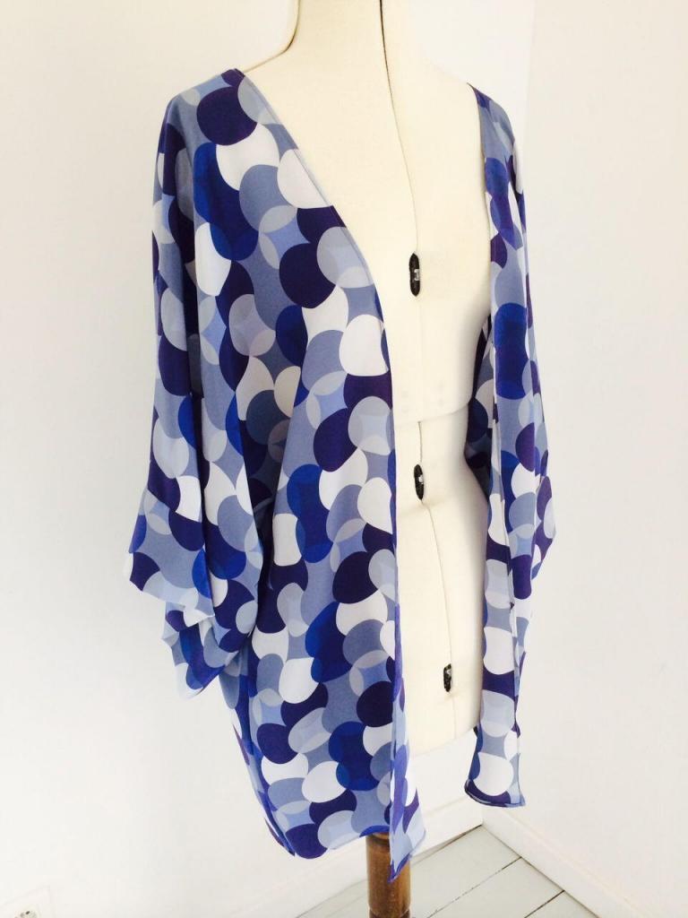 jacket in pure silk crêpe de chine in a modernist print @alabreche_annie