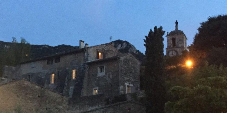 Maubec Village #Luberon @CobblestonesandVineyards
