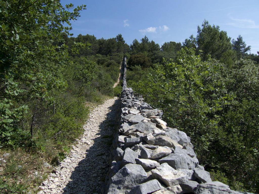 Mur de la Peste #Luberon #ExploreProvence @PerfProvence