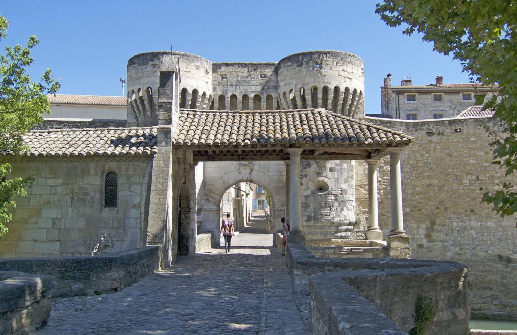 Pernes le Fontaines Notre Dame Gateway