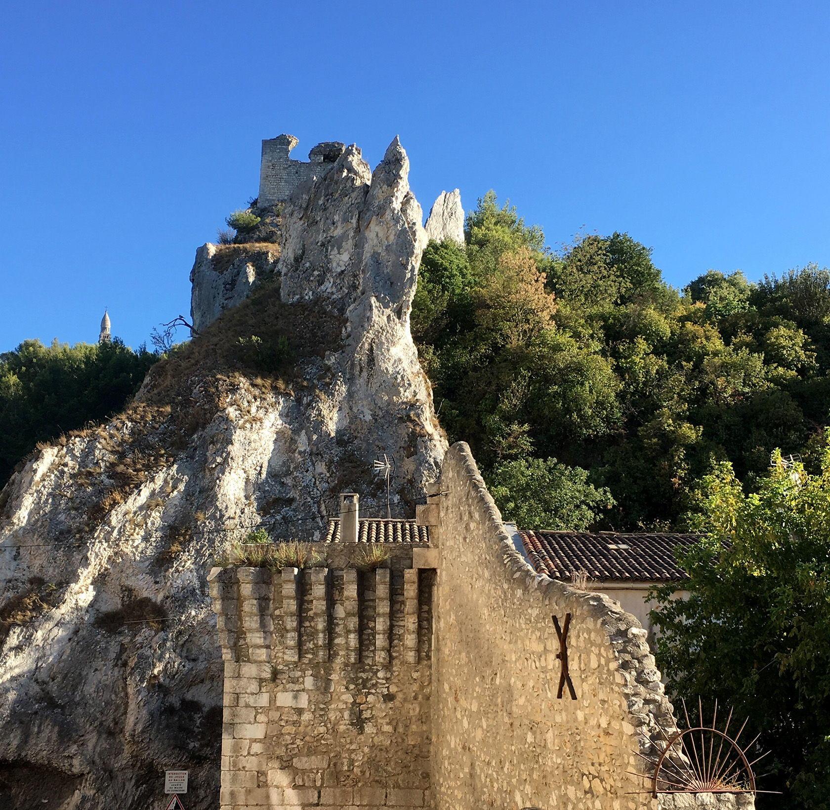 Guide Chateaux Alpilles Castles Orgon Ramparts Le château du Duc de Guise view Alpilles