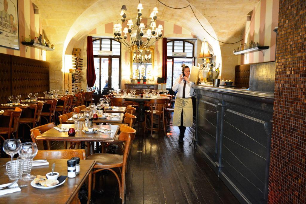 Restaurant St Remy de Provence L'aile ou la Cuisse interior from restaurant