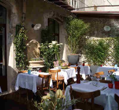 Restaurant St Remy de Provence L'aile ou la Cuisse patio tourist office