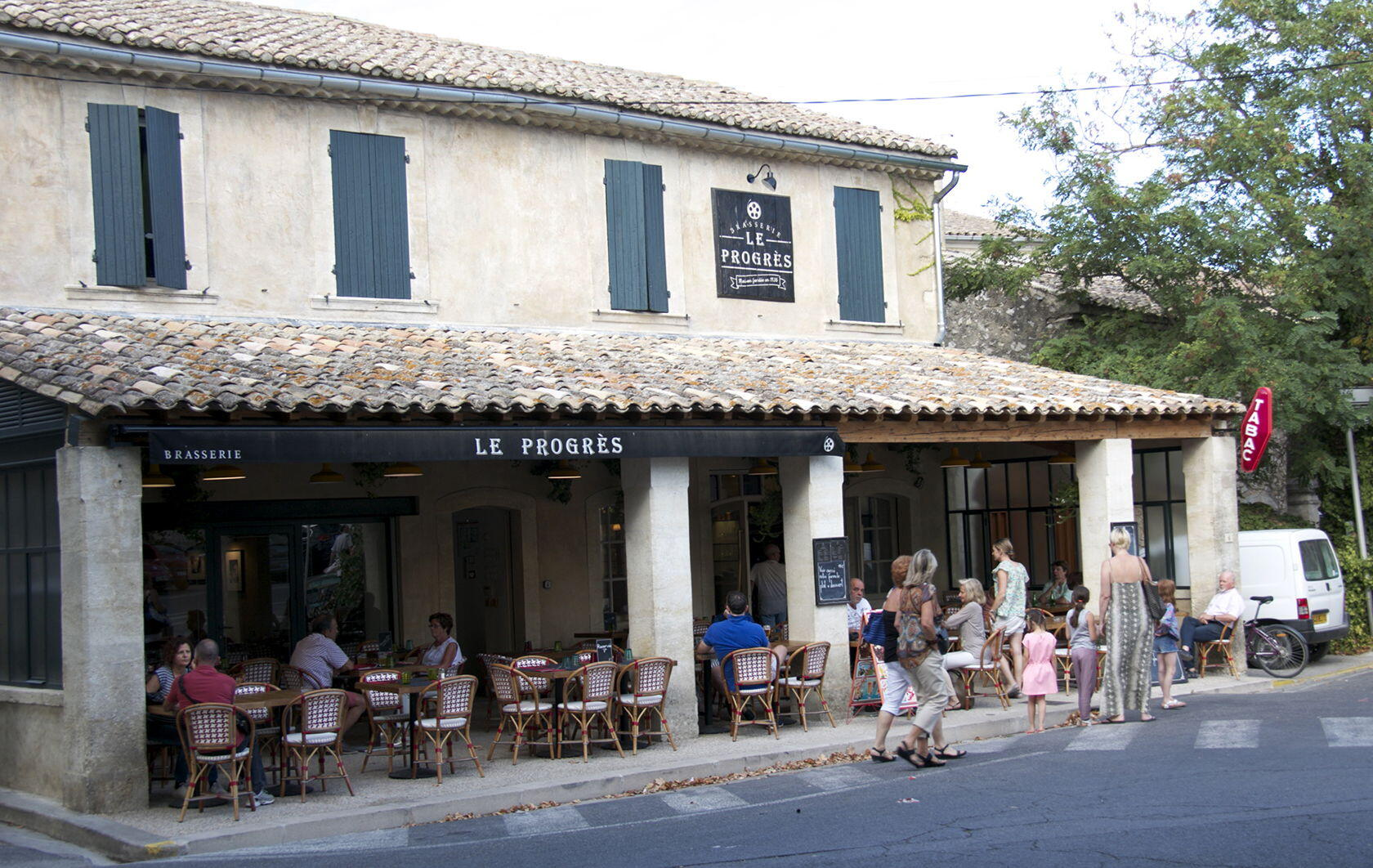 le Progress Eygalieres Local Restaurants