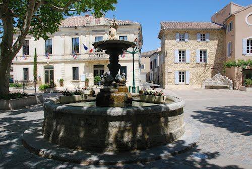 Sainte-Cécile-les-Vignes Fontaine village
