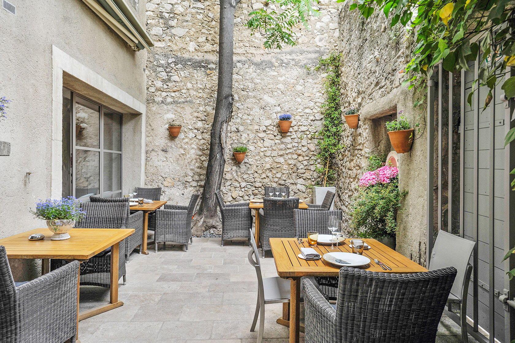 Courtyard Maison Hache Restaurant Eygalières